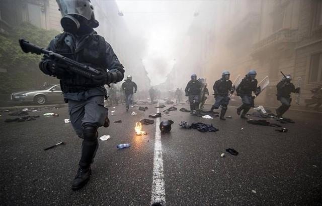 Ekonomik kriz Avrupa'da insanları sokaklara döküyor. İşsizlik ve kemer sıkma politikalarının sokak yansımaları 1 Mayıs'ta açıkça ortaya çıktı. Onların gözü Taksim'deydi ancak kendi şehirlerinde çatışmalar vardı.  1-İTALYA'DA SOKAKLAR ALEV ALEV İtalya'nın Milano kentindeki uluslararası Expo Fuarı'nın açılışı öncesi 20 bin kadar çoğu üniversite öğrencisi olan gösterici protestolara başladı. 30 Nisan'da başlayan protestolar 1 Mayıs'ta çatışmalara dönüştü, Milano sokaklarında araçlar ateşe verildi, mağazalara saldırılar düzenlendi, öğrenciler işsizlik nedeniyle İtalya Başbakanı Renzi'yi protesto ederken, EXPO büyük tepki gördü.