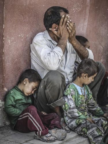 ABD öncülüğündeki koalisyon güçlerinin Suriye'nin Tel Abyad bölgesine düzenlediği hava bombardımanı ve bölgedeki çatışmalardan kaçarak Türkiye'ye sığınan Suriyelilerin bir kısmı ülkelerine dönmek için Akçakale Sınır Kapısından geçti.