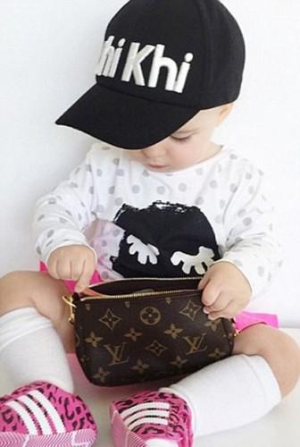 Moda severlerin sıklıkla başvurduğu platformların başında gelen Instagram'ın en genç moda blogger'ı 14 aylık Millie-Belle Diamond, buradaki paylaşımları karşılığında aldığı reklam geliri sayesinde şimdiden hatırı sayılır bir servetin sahibi oldu.