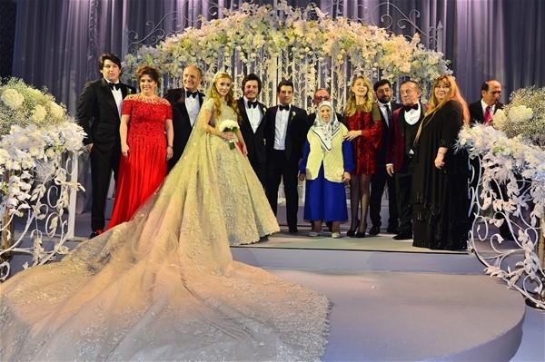 Sena Ağaoğlu, önceki akşam Çırağan Sarayı'nda düzenlenen düğün töreninde işadamı Mustafa Kırcal'ın oğlu Koray Kırcal'la nikâh masasına oturdu.