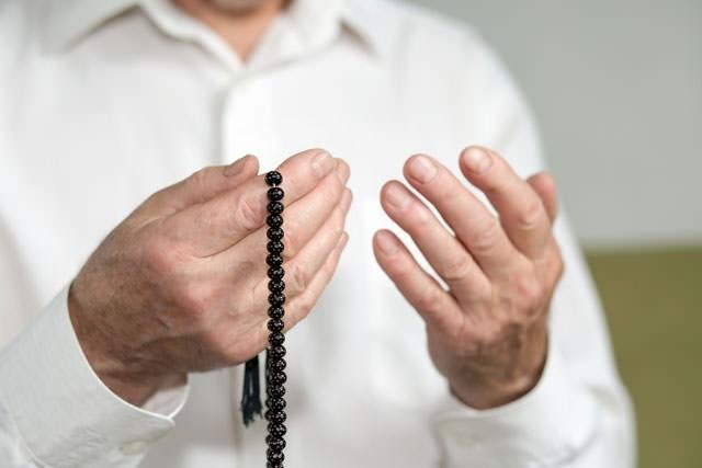 """Regâib, arapça bir kelimedir ve """"reğa-be"""" kökünden gelmektedir. """"Reğa-be"""", kelime olarak, herhangi bir şeyi istemek, arzulamak, ona karşı meyletmek ve onu elde etmek için çaba sarf etmek demektir."""