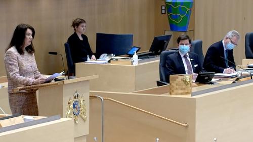 İsveç'te yeni yeni toplu taşıma araçları ve mesafeyi korumanın pek mümkün olmadığı ya da kapalı mekanlarda maske takma tavsiyesi daha etkin kural haline gelirken, İsveç parlamentosunda, kürsüne çıkmadan önce Dışişleri Bakanı Ann Linde dahil olmak üzere, herkesin maske taktığı görüldü.  Dışişleri Bakanı Ann Linde, şu anda İsveç Parlamentosunda dış bildirgeyi sunuyor.