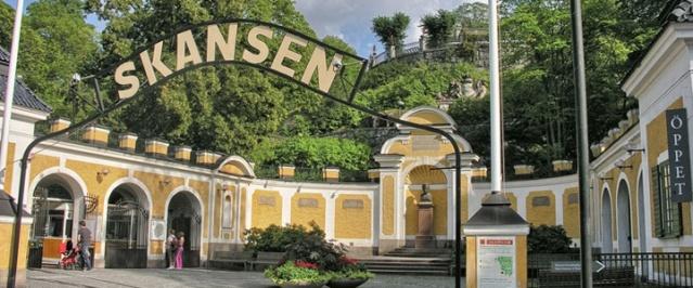 İsveç'in en gözde açık hava müzesi ve hayvanat bahçesi olan Skansen 129 yıllık tarihinde ilk kez ziyaretçilere kapanıyor.  Pandemi ile mücadele kapsamında hükümetin aldığı kararlar sonrasında, koronavirüsle mücadele kapsamında sorumluluk almak için ilk kez ziyarete kapanıyor.