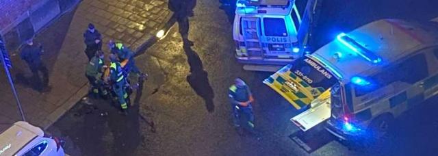 Başkent Stockholm'deki bir otelde 18 yaşında iki genç çıkan kavga sonucunda bıçaklandı.  Edinilen bilgilere göre, Kungsholmen'de bulunan oteldeki kavga sonucu iki genç bıçaklandı. Olay, birkaç misafirin tartışmaya başladığı oteldeki partiyle bağlantılı olarak meydana geldi.  Olay sonrası polis çağrılırken, polis olaya dair açıklama yapmadı.  Olay yerinde çok sayıda polisin ve gencin toplandığı zaman zaman hareketli anların yaşandığı gergin bir atmosfer yaşandı.  Stockholm'ün merkezindeki Kungsholmen'de meydana gelen olayla bağlantılı olarak bıçaklanan 18 yaşındaki iki genç ambulansla hastaneye kaldırıldı.