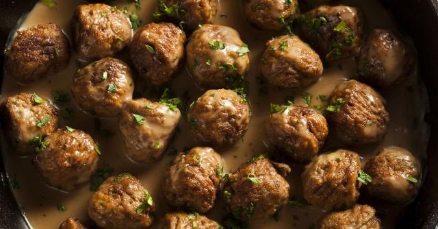 İSVEÇ KÖFTESİ (Türk Köftesi) NASIL YAPILIR?  Bayat ekmeğin içini küçük parçalara ayırıp sütle ıslatın. Kuru soğan ve sarımsağı rendeleyin. Köfteleri hazırlamak için kıymayı derin bir karıştırma kabına alın. Yumurta, rendelenmiş kuru soğan ve sarımsak, sütte bekletilmiş bayat ekmek içi, tuz, karabiber, kimyon ve yenibaharı karışıma ekleyin. Tüm malzemeleri iyice yoğurun. Ceviz büyüklüğünde parçalar alıp köftelere şekil verin. Daha sonra yuvarlanmış köfteleri buzdolabında en az yarım saat bekletin.   Köfteleri kızartmak için zeytinyağını tavada kızdırın. Dolaptan çıkardığınız İsveç köftelerini kızgın yağda tavayı sallayarak kızartın.  Kızarttığınız köftelerin yağlarını süzerek servis tabağına alın. Kızartma yağını da dökmeyip sos için saklayın. Sos tavasına tereyağı koyun ve eriyene kadar bekleyin. Unu ekleyip kokusu çıkana kadar yaklaşık 2 dakika kadar kavurun. Sıcak et suyunu azar azar ilave ettikten sonra mısır nişastasını katın. Bu sırada sosun topaklanmamasına dikkat edin.    Tuz, taze çekilmiş tane karabiber ve son olarak krema kattığınız sosu kısık ateşte 2-3 dakika kadar pişirdikten sonra kızarmış köfteleri ekleyin. Köfteyle sos iç içe geçince tavanın altını kapayın. İsveç köfteleriniz hazır! Afiyet olsun.
