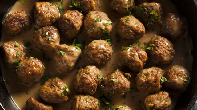 """Ramazan ayının en keyifli anlarından biri de birlikte oturulan iftar sofraları. Bu nedenle sevdiklerine güzel sofralar hazırlamak isteyenler Ramazan'da """"Bugün ne pişirsem?"""" sorusuna yanıt arıyor. İşte lezzet dolu iftar sofraları için iftar menüsü önerileri..."""