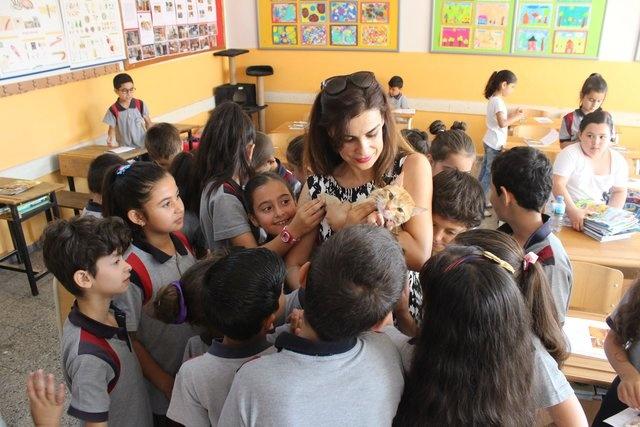 """'BİZ ÇOK ŞANSLI BİR SINIFIZ'     Tombi'den sonra çok güzel bir dönem geçirdiklerini kaydeden Sınıf Öğretmeni Özlem Pınar İvaşçu, """"Biz çok şanslı bir sınıfız çünkü Tombi bizim sınıfımızı seçti. Basında yansıyan haberlerle bütün okullara örnek olduğumuzu düşünüyorum. Hayvanların, çocukların üzerinde nasıl olumlu etki oluşturduğunu, sadece Türkiye'ye değil, dünyaya duyurduk. Tombi, bizim öğrencilerimizden biri gibiydi. Öğrencilerim, Tombi'nin karne alıp almayacağını sorduğunda ona da bir karne hazırlamaya karar verdik. Çünkü Tombi de bütün dönem bizim gibi derslere katıldı ve dersleri dinledi. Tombi'nin dersleri çok iyi. Çok iyi bir öğrenciydi. Çocukların üzerinde çok olumlu etkisi oldu"""" diye konuştu."""