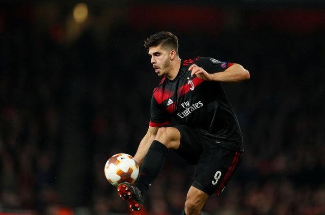 Milan'ın büyük umutlar besleyerek transfer ettiği 22 yaşındaki santrfor, geçen sezon Milan formasıyla 40 müsabakada forma giymesine rağmen sadece 10 gol atıp, 2 asist yaparak beklentilerden uzak kaldı.