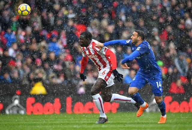 Sözleşmesinin sona ermesinin ardından yeniden Chelsea'ye dönen Zouma'nın düzenli oynayayacağı bir kulübe gitmek istediği, Devler Ligi faktörü nedeniyle de transfere sıcak bakabileceği öne sürüldü.