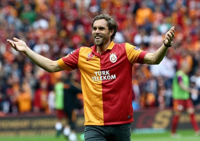 ELMANDER'DEN İKİ TAVSİYE  Fatih Terim'in dönmesi ile birlikte Galatasaray için futbolcu araştırma ekibine dahil olan Johan Elmander'in, transfer turuna çıktığı iddia edildi.