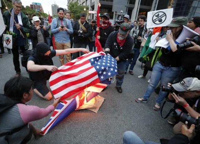 Gösterilerde ABD ve İngiltere bayrakları yakıldı. Polis, bazı göstericilere müdahalede bulundu.