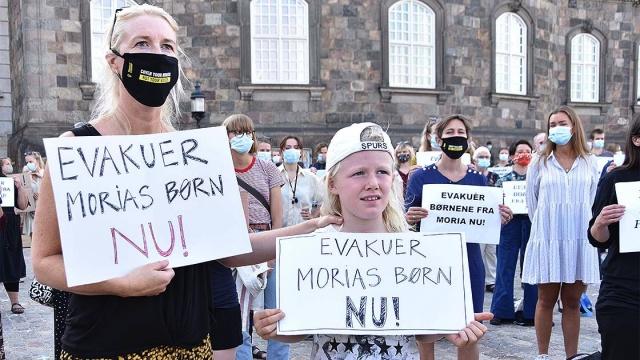 Avrupa'da birçok ülkenin yanan sığınmacı kampı Moria'daki düzensiz göçmenleri ülkesine kabul edecek olmasına karşın, Danimarka'nın bu yönde bir adım atmaması protesto edildi.  Danimarka'nın başkenti Kopenhag'da düzenlenen gösteride, Yunanistan'ın Midilli Adası'nda bulunan ve kötü yaşam koşullarıyla adından söz ettiren Moria sığınmacı kampında, geçen hafta çıkan yangın sonrasında barınacak yerleri kalmayan düzensiz göçmenler arasında bulunan refakatsiz çocukların ülkeye getirilmesi istendi.