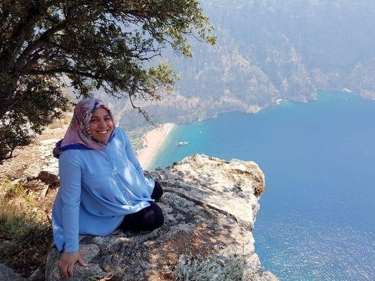Muğla'nın Fethiye ilçesinde Kelebekler Vadisi'nde fotoğraf çektirirken kayalıklardan düşen 7 aylık hamile kadın, karnındaki bebeğiyle hayatını kaybetti.  Alınan bilgiye göre, İzmir'den eşiyle Fethiye'ye tatile gelen 32 yaşındaki Semra Aysal, vadiyi izlemek için Faralya Mahallesi'ndeki kayalık alana gitti.  Karayolundan yaklaşık 10 metre aşağı inen Aysal, vadideki plajı gören bir kayanın üstüne çıkarak eşine poz verdi.