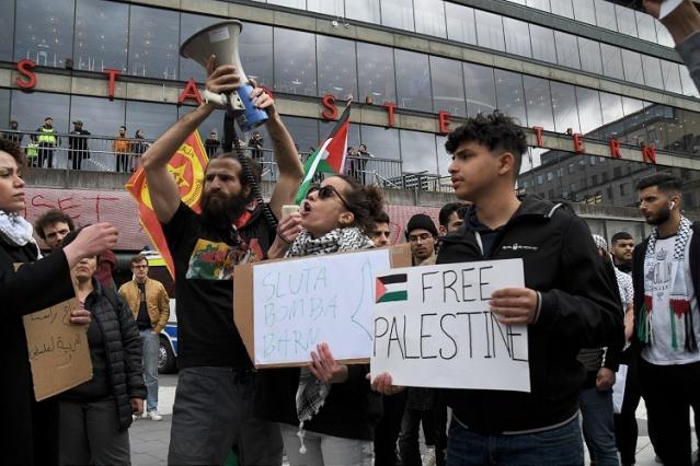 Göstericiler, daha sonra İsrail'in Stockholm Büyükelçiliğine doğru yürüyüşe geçti.  Yol boyunca korna çalarak İsrail aleyhine sloganlar atan konvoyu polis yakın takip etti.
