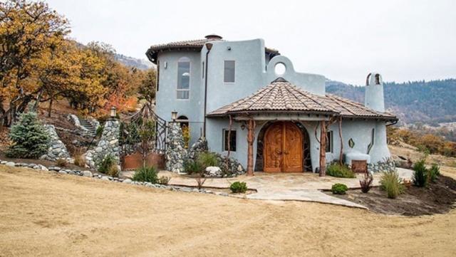 ABD'nin Oregon eyaletinde yapılan bir ev, benzersiz tasarımı ve ahşap işçiliğiyle görenleri büyülüyor. 700 dönümlük arazinin içine inşa edilen çevre dostu saray yavrusunun değeri ise 68 milyon 350 bin İsveç kronu...
