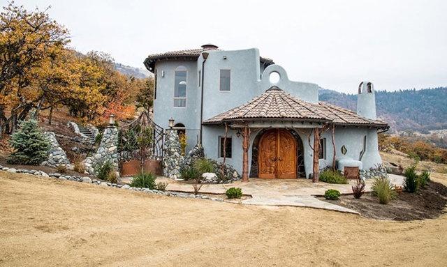 Shining Hand Ranch adı verilen çevre dostu ev Ed Bemis ve daha pek çok yerel mimar tarafından tasarlandı.