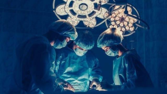 Vücuda yerleşen tümör, hastada karın ağrısı, karında şişlik, kusma ve beslenme bozukluğuna yol açıyor.