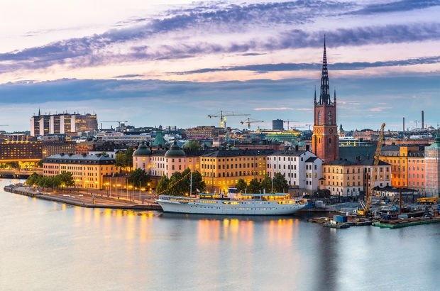 İsveç'in başkenti ve en büyük şehri Stockholm, Mälar Gölü ve Finlandiya Körfezi'nin karşısındaki Baltık Denizi'nin bir kolu olan Tuz Körfezi kavşağında yer almaktadır. Şehir, Uppland ve Södermanland anakaralarının yanı sıra çok sayıda ada üzerine inşa edilmiştir. Konumu itibariyle, Stockholm dünyanın en güzel başkentlerinden biri olarak kabul edilir. Stockholm'ün tarihi ve turistik yerlerinden bazılarını sizler için derledik... İşte Stockholm gezi rehberiniz...