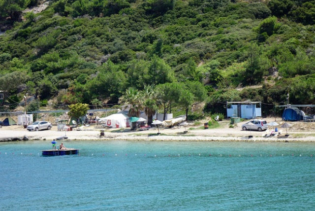 Tam bir aile ortamı ve komşuluk ilişkilerinin yaşandığı çadır kamp alanlarında tatil yapanlar, buralardaki ortak kullanım alanları mutfak, buzdolabı, bulaşık yıkama alanı, lavabo, duş ve plajlardan ücretsiz faydalanabiliyor.  İzmir'den Çanakkale'ye kadar uzanan Ege kıyılarındaki kamp alanlarına kendi çadırıyla gidenler, denizin kıyısında, ormanın içinde günlük şezlong kiralama bedeli olan 50 krona çadır tatili yapabiliyor.