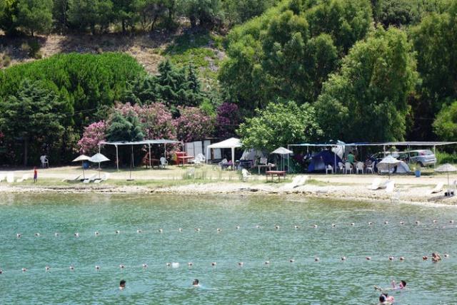 """Bu zamana kadar Çanakkale'de, Kapadokya'da, İzmir'de, Marmaris'te kamp yaptıklarını dile getiren Girenay, """"Buraya da yeni geldik. Çadır tatili daha huzur veriyor bize. Biz otellerde yataktan ziyade çadırda hem doğayla içi içe oluyor hem daha bakir yerleri keşfetmeye fırsat buluyoruz. Kız arkadaşımla bundan dolayı çadırda kalmayı tercih ediyoruz."""" diye konuştu.  Mustafa Hanedan da İstanbul'dan geldiklerini belirterek, """"Antalya'ya kadar deniz kıyılarındaki çadır kamplarda konaklıyoruz. İnanılmaz keyifli bir tatil. Geziyoruz, yiyoruz, içiyoruz. Doğayla baş başa tatillerin en güzelini yapıyoruz."""" dedi."""