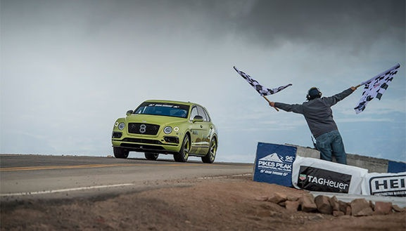 YOLA UYUM SAĞLAYAN HAVALI SÜSPANSİYON   Kaportanın altında Pikes Peak Bentayga, rekor kıran yarış otomobiliyle aynı motora ve şasi sistemine sahip. 600 beygir güç ve 900 Nm maksimum tork sunan Bentley'in ikonik 6.0 litre çift turbo W12 motoru, kesintisiz bir dört çekiş sürüşü için sekiz vitesli otomatik ZF şanzımanla besleniyor. Adaptif hava süspansiyonu ve Bentley'in eşsiz ve dünya lideri 48V elektrikli aktif yalpa önleme kontrol sistemi (Bentley Dinamik Sürüş), üstün bir sürüş konforu ile optimum gövde kontrolü arasında mükemmel dengeyi sağlıyor. Otomobil, Spor Egzozu ve Touring Spesifikasyonu paketiyle tamamlanıyor.  ABD ve Avrupa'daki müşteriler Pikes Peak Bentayga için siparişleri Ağustos'tan itibaren verebilecek. Standart versiyonu ülkemizde 530 bin Euro'dan başlayan bu özel otomobilin gerçek fiyatını ise çok fazla opsiyon seçeneği sunulduğu ve kişiye özel olduğu için  sadece sipariş verenler öğrenebilecek.