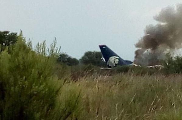 Meksika Ulaştırma Departmanı başkanı Gerardo Ruiz Eparza, 97 yolcu ve 4 mürettebat olmak üzere 101 kişinin bulunduğu ve Durango'dan Mexico City'ye uçmakta olan Embraer 190 model uçağın düşüşünü doğruladı.
