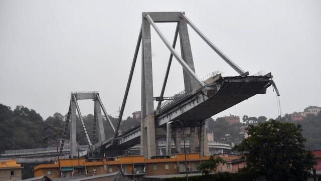 """İtalya'nın Cenova kentinde üzerinde otoyol bulunan bir köprü çöktü. Ambulans servisi yetkilisi, olayda en az 20 kişinin hayatını kaybettiğini söyledi. Olay yerine çok sayıda acil durum ekibi gönderildi. İtalya Ulaştırma Bakanı Danilo Toninelli'nin sosyal medya hesabından yaptığı son dakika açıklamasında, """"Cenova'da olanları büyük bir endişeyle takip ediyorum. Korkunç bir trajedi gibi görünüyor."""" ifadelerini kullandı"""