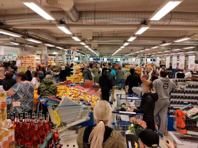 """Uzun kuyruklar ve uyarıyı dinlemeyen müşteriler, kasiyeri sinirlendirdi.  Gekås Ullared mağazasındaki Cuma günü yoğunluğu tüm uyarılara rağmen devam edince kasiyer sinirlendi """"Uzaklaşın"""" diye çıkıştı.  Market çalışanı kasiyer Maria, kendini güvende hissetmediğini belirterek, yaşanan yoğunluğun normal bir şey olmadığını belirtti.  Göteborglu Maria çalıştığı, Ullared mağazasında aşırı kalabalık kendisini sinirlendirdi.   Gekås Ullared koronavirüs mesafe kuralları kapsamında bir ay önce genel bir karar aldı. Mağazadaki müşteri sayısını sınırlamayı seçti. Aynı anda maksimum 3 bin kişi içeri alınıyordu. Her müşteriye 20 metrekarelik bir alan sunuluyordu."""