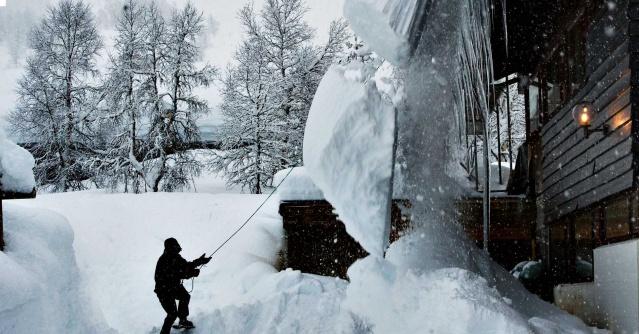 İsveç'in bazı bölgelerinde SMHI'nin tahminlerini aşan rekor seviyede kar yağdı.  Kittelfjäll'de rekor miktarda kar yağışı yağarken, kar kalınlığı bir metreyi aştı.  Şu anda ülkenin birçok yerinde kar karmaşası var ve rekoru Kittelfjäll elinde tutuyor.  Kar kalınlığı 1,5 metreye kadar ölçülen bölgede, kentin bazı yerlerinde şiddetli rüzgar nedeniyle kar kalınlığı çok daha yüksek seviyeye ulaştı.