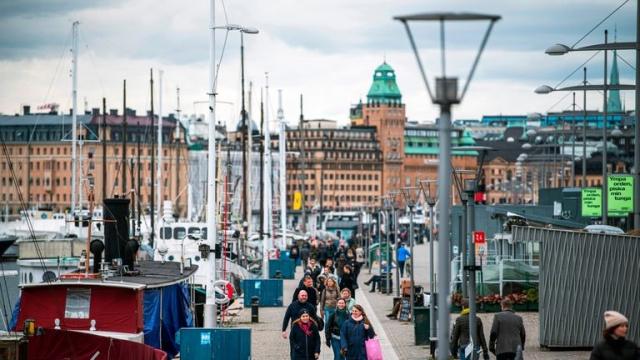 Stockholm şehir yönetimi, belediye müzelerini Pazar gününden itibaren kapatma kararı aldı. Ayrıca spor ve yüzme havuzları için yeni kısıtlamalar getirildi.  Bu haftanın başlarında, İsveç Halk Sağlığı Dairesi daha sert önlemlerle ilgili bir genel tavsiyeler yayınladı. Bunlardan biri de müzeler, kütüphaneler ve yüzme yerleri gibi kapalı ortamları kapsayan kısıtlamalardı.