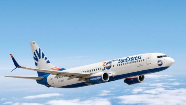"""TÜRK Hava Yolları ile Alman Lufthansa'nın ortak kuruluşu SunExpress, art arda üçüncü kez tarihinin en yüksek gelirini yakalayarak, 2019'da da rekor bir büyümeye imza attığını açıkladı. SunExpress CEO'su Jens Bischof, 2019'da bir önceki yıla göre yüzde 10 büyüdüklerini belirterek, """"10 milyonun üzerinde yolcu ağırladık. 1,4 milyar euro ile tarihimizin en yüksek cirosunu elde ettik"""" diye konuştu."""