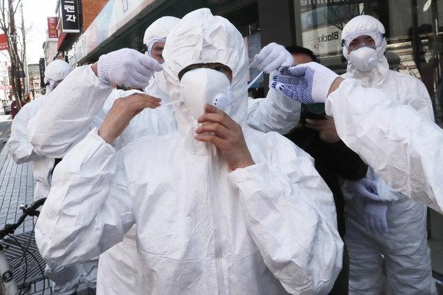 Sağlık Bakanlığı Koronavirüs Bilim Kurulu tarafından yeni tip koronavirüs broşürü hazırlandı. Sağlık Bakanlığından yapılan açıklamada, 81 ilin sağlık müdürlüğü, tüm sağlık kuruluşları ve kamu kurumlarına gönderilen broşürde, hastalıktan korunmak için yapılması gerekenler de anlatıldı
