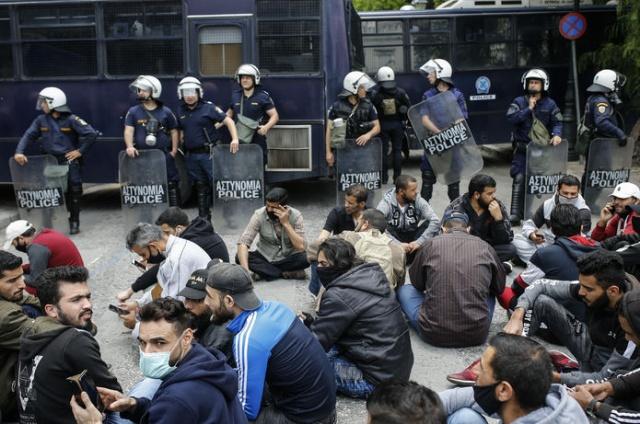 Birleşmiş Milletler Mülteciler Yüksek Komiserliğinin (BMMYK) uyguladığı mülteciler için konaklama yardımı içeren programın ay sonunda sona erecek olması nedeniyle evsiz kalma tehlikesiyle karşılaşan mülteciler, Yunanistan'ın başkenti Atina'da gösteri düzenledi.  Yunanistan'da konaklama desteğinin sona erecek olması nedeniyle ay sonunda evsiz kalma tehlikesiyle karşılaşan mülteciler, başkent Atina'da gösteri düzenledi.