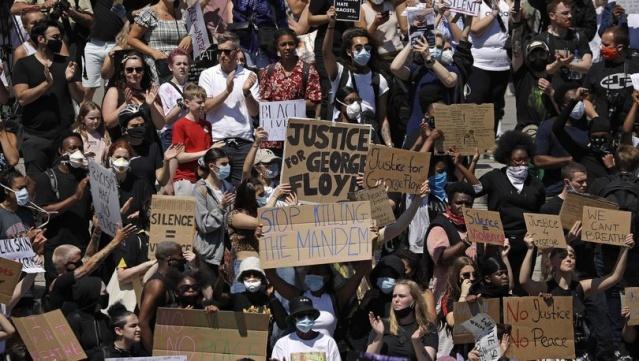 """ABD'nin Minnesota eyaletinde polis tarafından gözaltına alınırken öldürülen siyahi George Floyd için düzenlenen protestolarda, İngiltere'nin başkenti Londra'da binlerce kişinin ABD Büyükelçiliği'ne yürüdüğü bildirildi. ABD'nin Londra Büyükelçiliği binasına girmek isteyen göstericileri polis engelledi. Göstericiler, """"Adalet yoksa, huzur da yoktur"""" sloganlarıyla Londra'da yürüdü."""