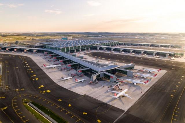 İstanbul Havalimanı'nın bağımsız üçüncü pisti bugün Cumhurbaşkanı Recep Tayyip Erdoğan'ın katılacağı törenle açılacak. Pistin faaliyete geçmesi ile iç hat uçuşlarındaki mevcut taksi sürelerinin yüzde 50 oranında azalması bekleniyor  İstanbul Havalimanı'nın 3. bağımsız pisti bugün Cumhurbaşkanı Recep Tayyip Erdoğan'ın katılacağı törenle hizmete giriyor. İstanbul Havalimanı Terminali'nin doğusunda yer alan 3. bağımsız pistin faaliyete geçmesi ile iç hat uçuşlarındaki mevcut taksi sürelerinin yaklaşık yüzde 50 azalması bekleniyor. İstanbul Havalimanı işletmecisi İGA'dan verilen bilgiye göre yapılan simülasyonlara göre ortalama uçak iniş süresi 15 dakikadan 11 dakikaya inecek, ortalama uçak kalkış süresi ise 22 dakikadan 15 dakikaya inecek.