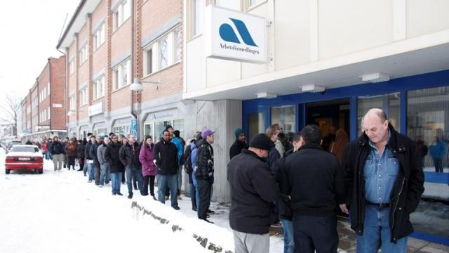 İsveç İstihdam Servisi (Arbetsförmedlingen)'nin yeni kayıtlarına göre, ülke genelinde işsizlik hızla artıyor. Geçen hafta 14 bin 200 kişinin işsiz kaldığı gerekçesiyle iş bulma kurumuna başvurduğu açıklandı. 1-29 Mart arasında işsizlikte tarihi rekor kırıldı.