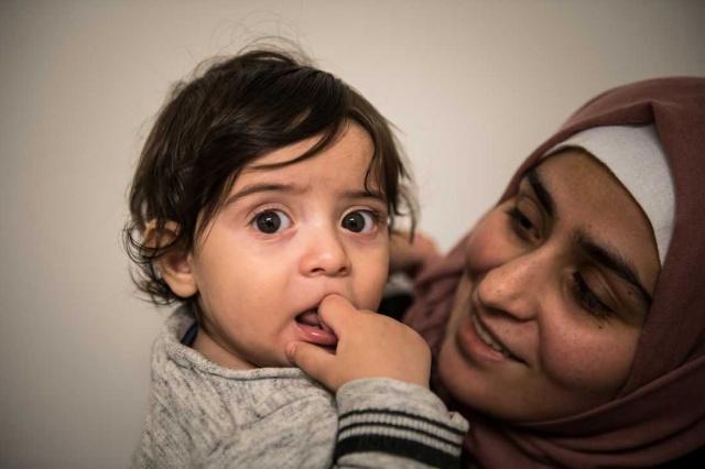 """İsveç'te bir sağlık merkezi hasta olan Suriyeli ailenin çocuğunu tedavi etmeyi reddetti.  İsveç basınında da geniş yer bulan habere göre, İsveç'te nefes darlığı çeken bir çocuk doktora götürüldü. Ancak çocuğun götürüldüğü sağlık merkezindeki doktor, """"Siz Suriyeliler çocuklarınızın hasta olmadıkları halde hasta olduklarını iddia ediyorsunuz"""" diyerek kontrol etmeyi reddettiği belirtildi.  Irkçı bir yaklaşımla tedavisi reddedilen çocuğun aşırı nefes darlığı çektiği ve nefes darlığına bağlı olarak dudak morlukları meydana geldiği belirtildi."""