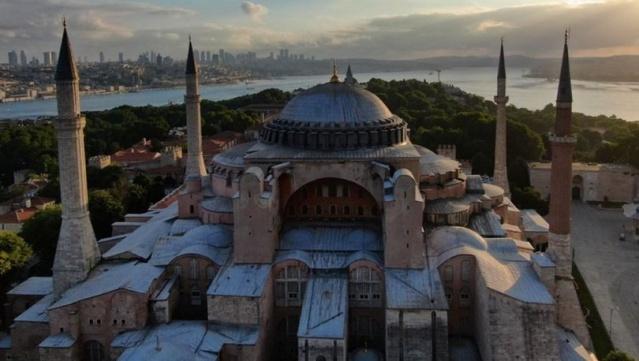 """Danıştay'ın, Ayasofya'da ibadetin yolunun açılmasını sağlayan kararının ardından UNESCO'dan yapılan Ayasofya açıklamasına, Türkiye'den yanıt geldi. Kültür ve Turizm Bakan Yardımcısı Özgül Özkan Yavuz, """"UNESCO Sözleşmesinde listeye kayıtlı bir varlığın işlevinin değiştirilmesine engel herhangi bir hüküm bulunmamaktadır. Ayasofya'nın cami olarak kullanılması kesinlikle anılan sözleşmenin ihlali değildir. Bu durum Ayasofya'nın üstün evrensel değerini asla etkilememektedir."""" dedi  Kültür ve Turizm Bakan Yardımcısı Özgül Özkan Yavuz, sosyal medya hesabından 3 madde şeklinde yaptığı açıklamada """"UNESCO Sözleşmesinde listeye kayıtlı bir varlığın işlevinin değiştirilmesine engel herhangi bir hüküm bulunmamaktadır. Ayasofya'nın cami olarak kullanılması kesinlikle anılan sözleşmenin ihlali değildir. Bu durum Ayasofya'nın üstün evrensel değerini asla etkilememektedir."""" ifadelerini kullandı."""