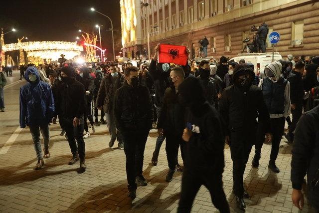 """Koronavirüs salgını nedeniyle 10'dan fazla kişinin bir araya gelmesinin yasak olduğu dönemde, 4 gündür protesto düzenleyen yüzlerce gösterici, """"Klodian için Adalet"""" çağrısında bulundu."""
