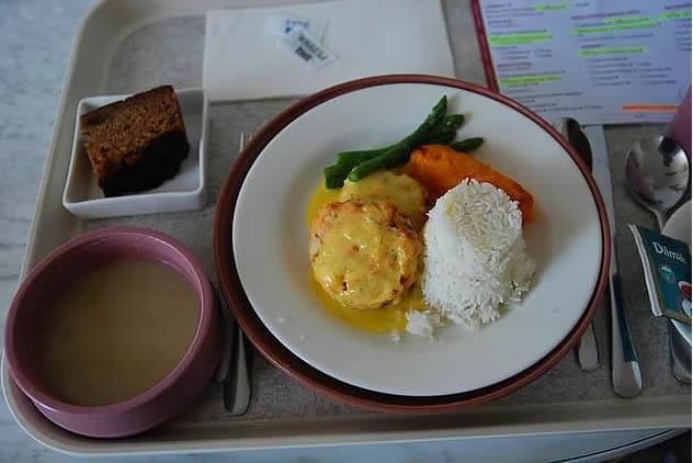 2. Avustralya, Malvern: safran soslu somon köftesi, yaban havucu çorbası, pilav, kuşkonmaz, havuç ve muzlu, yoğurtlu kek.