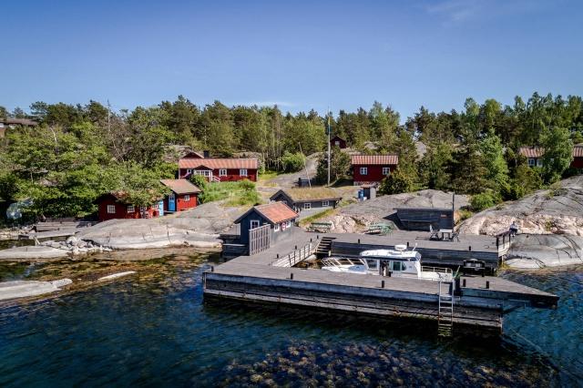 Bölge adalar olarak geçmektedir. 4616 metre karelik bir alanın içinde muhteşem bir doğa ve suyun maviliğini sunan bu yapı satılıyor.