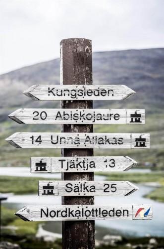 İsveç'te yaşayıp ancak hala İsveç'in birçok muhteşem yerini bilmeyen milyonlarca insan bulunuyor.  Yazın tatile gitmeyenlerin ya da farklı bir ülkede olup İsveç'te kısa bir tatil yaşamak isteyenler için oldukça keyifli zaman geçirebileceği alanlar mevcut.  Özellikle doğa ile yaşamı sevenler için yaz aylarında İsveç tam bir cennet. Neredeyse hiç kararmayan havası, uzun aydınlık günleri ve serin havasıyla cazibeli olan İsveç bu yönü ile aslında oldukça etkiyelici.  İsveç'teki en iyi 11 yürüyüş parkurunu sizin için derledik. İşte o parkurlar...