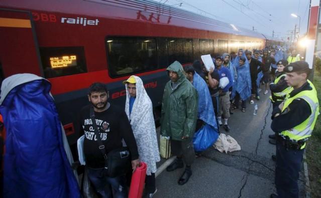 Macaristan'da türlü baskıya maruz kalan çaresiz insanların ilk 2 bin kişilik grubu Avusturya'ya ulaştı.