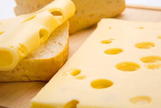 Bilim insanları sonunda İsviçre peynirindeki deliklerin sırrını çözdüklerini söylüyor.