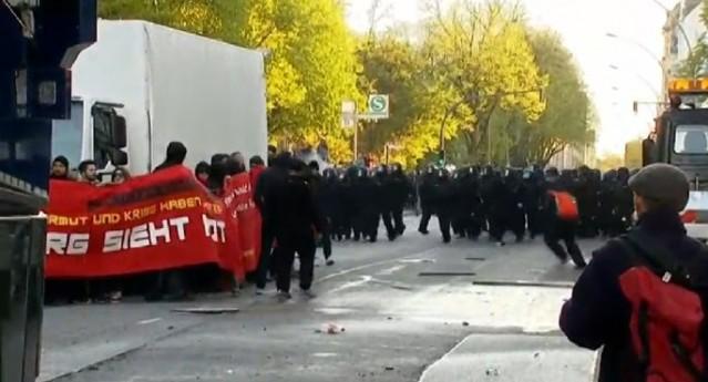 2-HAMBURG'DA İŞÇİLER POLİSLE ÇATIŞTI Almanya'nın Hamburg kenti de 1 Mayıs yürüyüşü sırasında karıştı, yaklaşık 1500 kadar gösterici Hamburg'da Altona bölgesinde yürüyüş yaparken 1800 polisin müdahalesi geldi, polislerle göstericiler arasında çatışmalar yaşandı.