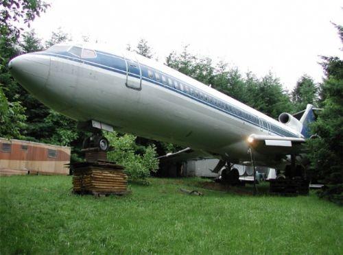 1999 yılından beri her yıl 6 ay boyunca uçağın içerisinde yaşadığını belirten Campbell kalan 6 aylık süreçteyse Japonya'ya giderek bir başka uçak ev yapmak için eski bir Boeing 747 aradığını kaydetti.