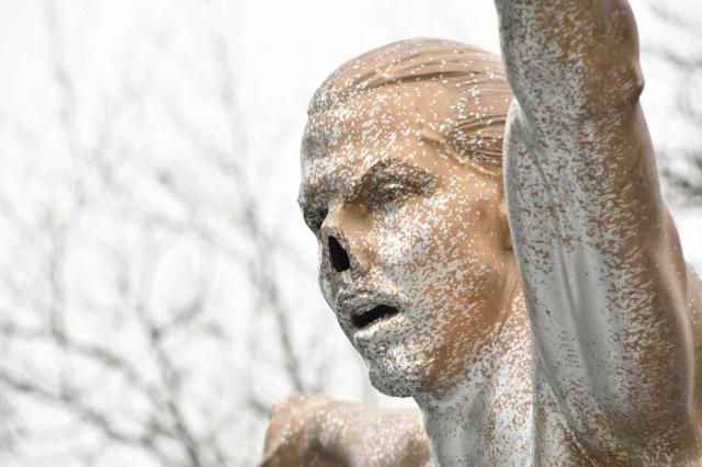 İsveç'in Malmö şehrinde heykeli dikilen Zlatan ırkçı saldıların hedefinde.