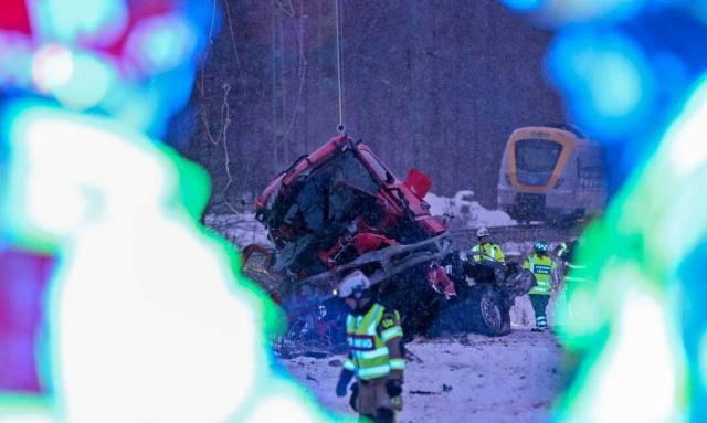 İsveç'in Uddevalla kenti dışında bir tren ve kamyon çarpıştı.  Edinilen bilgilere göre, kamyonda seyahat eden iki kişi yaşamını yitirdi.  Bohusläningen'in haberine göre, kamyon bir trafik okuluna ait ve kaza bir deneme sürüşü sırasında meydana geldi.  Kaza saat 16.50'de Uddevalla yakınlarındaki Salekärr dışında meydana geldi. Tren ile kamyonun karıştığı kaza ile ilgili soruşturma başlatıldı.