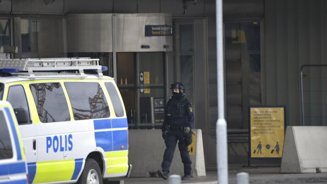 Başkent Stockholm'deki uluslararası Arlanda havalimanında polis operasyon yapıyor.  Edinilen bilgilere göre, Arlanda havalimanında çok sayıda polis ekibi, kurtarma servisi ve ambulanslar bulunuyor.  Edinilen bilgilere göre, şüpheli bir bagaj olduğu üzerine polis harekete geçti