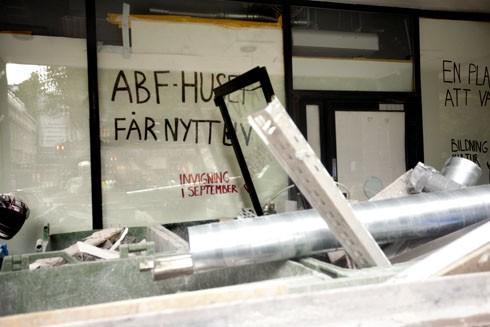Sveavägen yolu üzerinde bulunan ve birçok organizasyon ve derneğin toplantılar yaptığı ABF-Huset'te ummalı bir çalışma yapılıyor.
